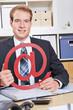 Geschäftsmann hält Zeichen für Internet