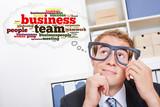 Geschäftsmann mit Gedankenwolke und Brille