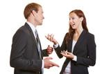 Zwei Geschäftsleute reden miteinander