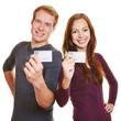 Zwei Teenager zeigen ihren Führerschein