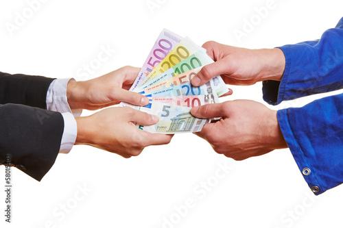 Arbeiter und Geschäftsfrau halten Geldscheine