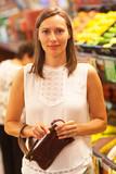 Frau mit Handtasche im Supermarkt