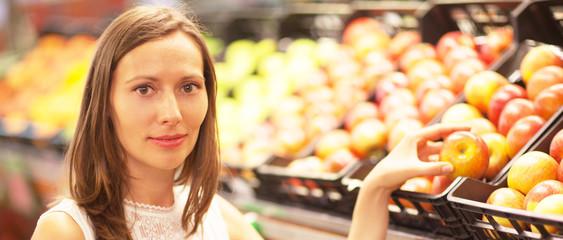 Frau kauft im Obstladen ein