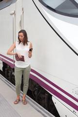 Frau checkt Abfahrzeit vom Zug