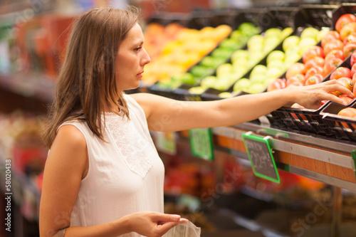 Frau kauft Bio