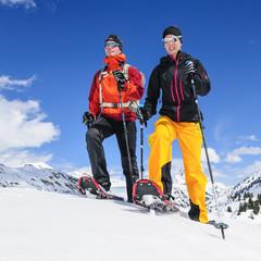 junges Paar beim Schneeschuh-Wandern