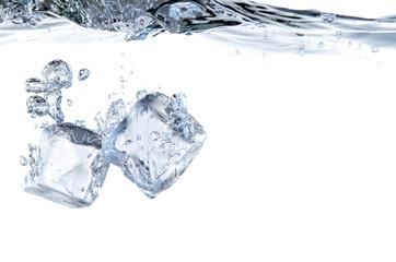 Eiswürfel Splash ins kühle Wasser