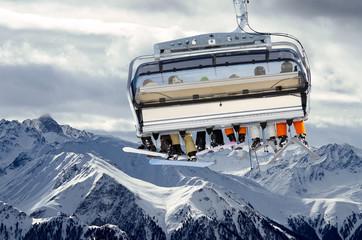 Skilift vor Bergpanorama