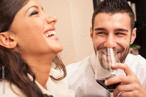 Szczęśliwej pary młodych picia kieliszek wina.