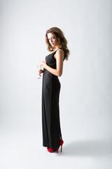 frau mit schwarzem kleid und high heels