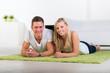 glückliches paar liegt auf dem teppich