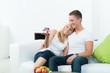glückliches paar schaut auf eigenheim