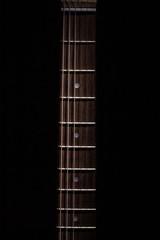 Manico di chitarra illuminato dall'alto