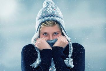 junge frau friert im schnee