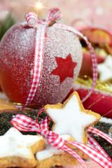 Zimtsterne und dekorierter Apfel