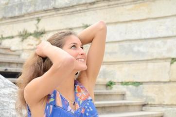 Jeune fille qui lève les yeux au ciel