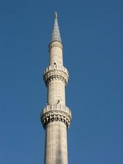 Minarett der Blauen Moschee vor blauem Himmel in Istanbul
