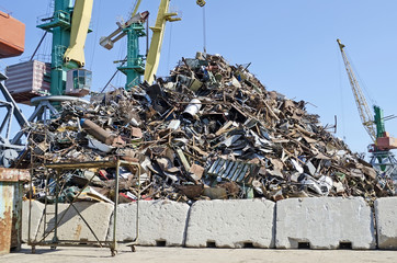 Base of reception of scrap metal
