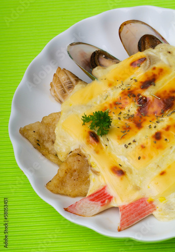 seafood baked with cheese, seafood gratin