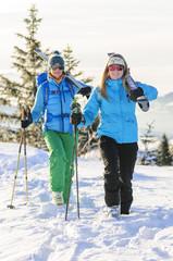 Zwei fesche Wintersportlerinnen