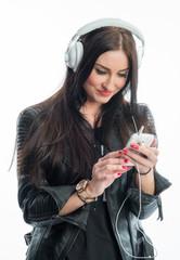 Rassige Frau mit Mp3 Player und Kopfhörer