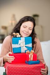 glückliche frau mit ihren weihnachtsgeschenken