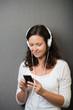 frau hört musik mit ihrem handy