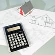 Baupläne mit Taschenrechner und Hausmodell