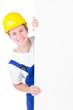 junger Bauarbeiter  hält Werbetafel