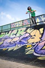 Skate-park : jeune garçon faisant de la trottinette