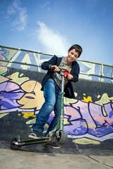 Ado faisant de la trottinette au skate-park