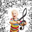 Kind singt Lied in Musikschule mit vielen Noten