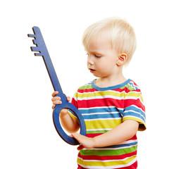 Kind mit Schlüssel als Symbol für Sicherheit