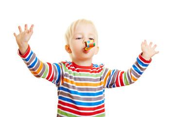 Kind bei Sprachförderung mit Luftrüssel