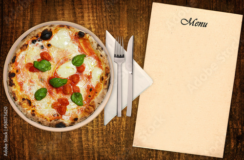 Pizza margherita con menu