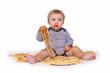 Kleiner Bub sortiert sein Essen :-)