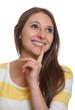 Fröhlich lachende Frau mit langen braunen Haaren