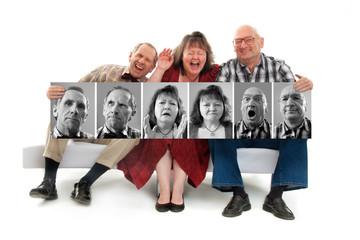 Drei Leute auf dem Sofa lachen über sich selbst