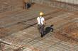Bauarbeiter mit Bewehrungsstahl