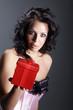 Sexy Frau mit roter Geschenk Box