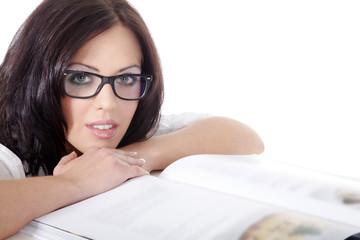 Hübsche Frau mit Brille liest Buch