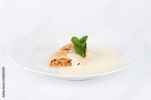 apple strudel with vanilla cream