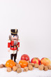 Nussknacker mit Nüssen, Mandarinen und Äpfel zur Weihnachtszeit