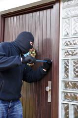 Einbrecher an einer Haustür