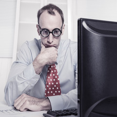 Mann frustriert und gestresst im Büro - Manager - gekündigt