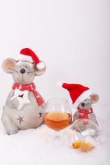 weihnachtliche Maus mit vollem und leerem Cognac Glas