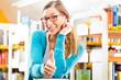 Mädchen mit Buch liest und lernt