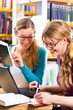 Studenten in Bibliothek bilden eine Lerngruppe