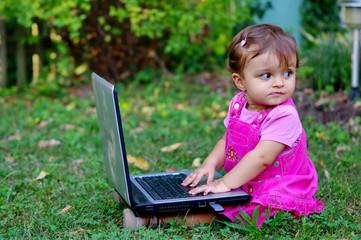 petite fille et son ordinateur