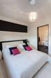 Vibrant cottage - Contemporary bedroom